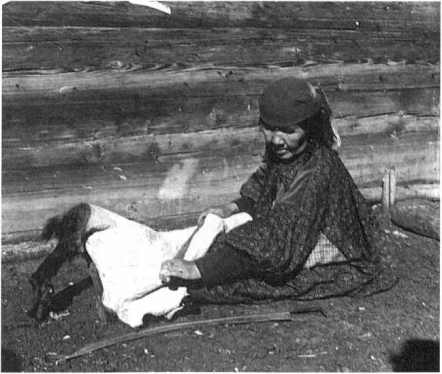 Выделка овчины для шитья шубы мастерицами - М. П. Чебодаева